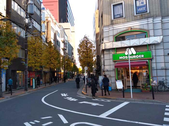 東京しごとセンターへは駅からモスバーガー横を直進